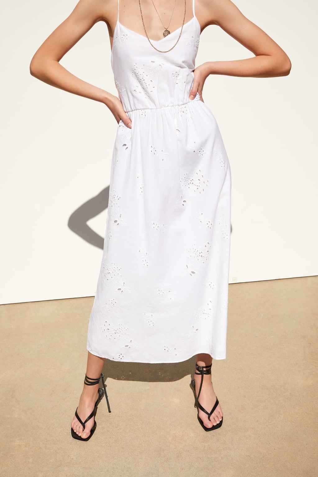 Este vestido largo blanco bordado de Zara está rebajado a 20